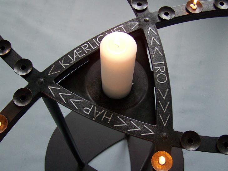 2. Lysskulptur for 63 lys, 2011, 90 x 150 cm, oljebrent og lakkert stål med innlagt sølvtråd 730