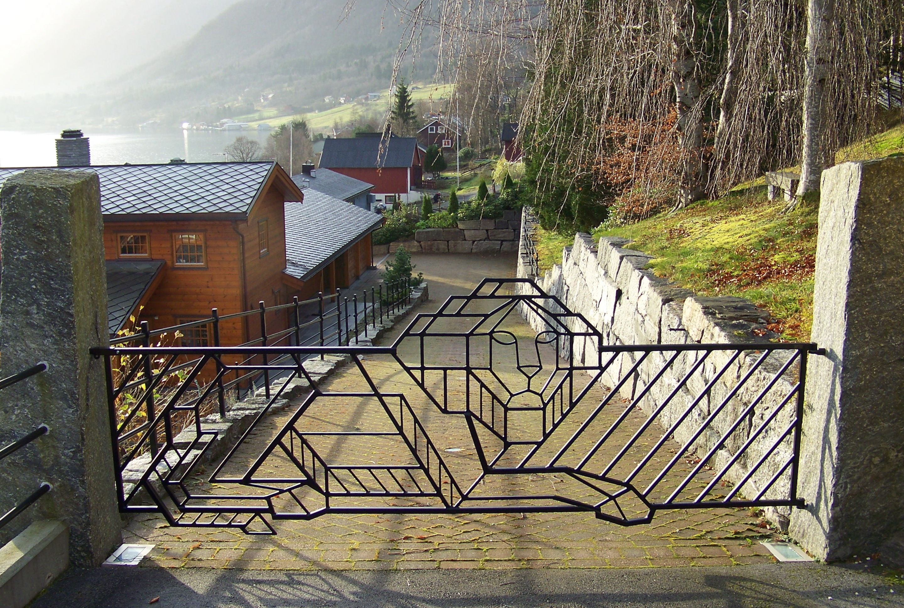 1. Løveport, 2008, 126 x 352 x 3 cm, lakkert stål