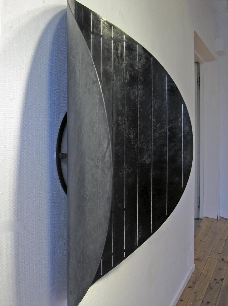 3. Form med striper, 2009, 105 x 80 x 30 cm, oljebrent stål med innlagt sølvtråd