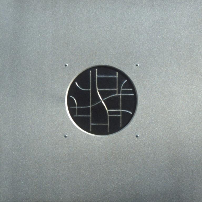 14.Komposisjon, 1999, 40 x 40 x 1 cm, sandblaast og anloept staal med innlagt soelvtraad