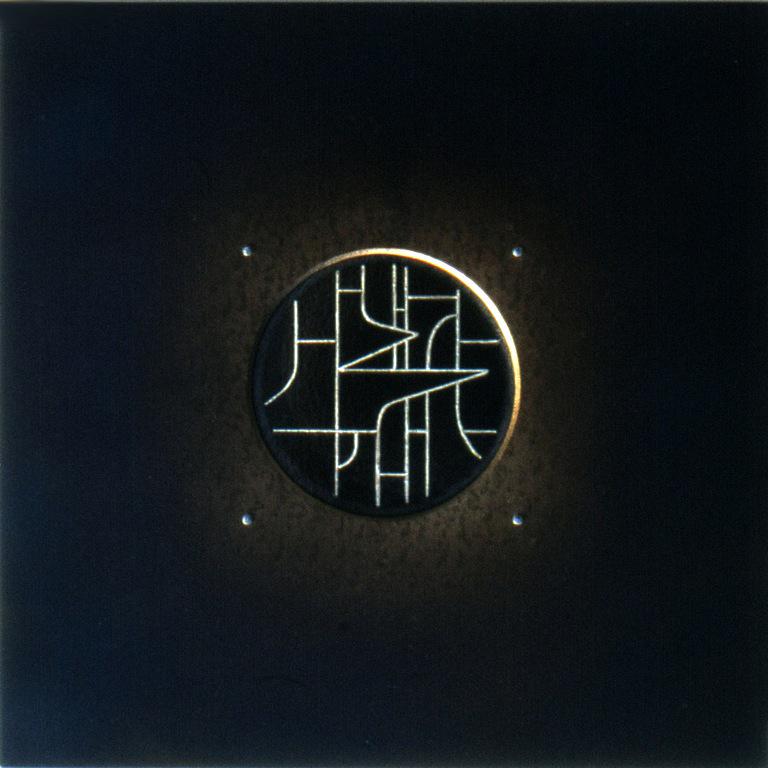15.Komposisjon, 1999, 40 x 40 x 1 cm, anloept staal med innlagt soelvtraad