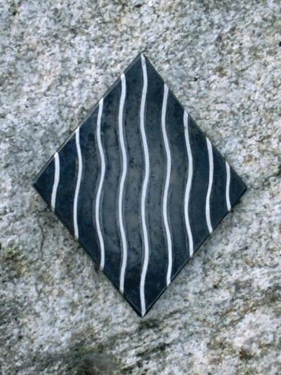 2.Brosje, 2008, 6 x 5 x 0,5 cm, oljebrent staal med innlagt soelvtraad